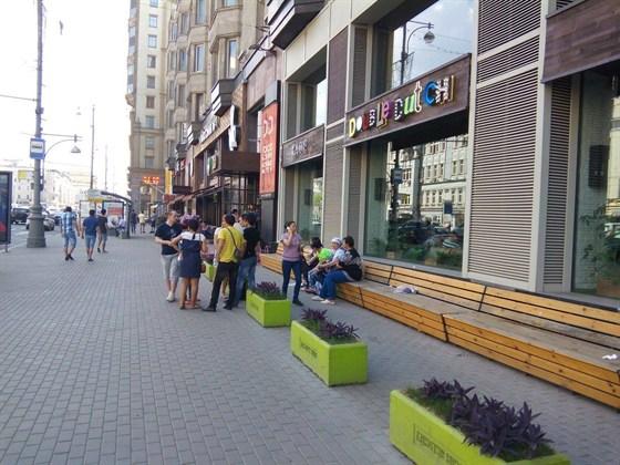 Ресторан Double Dutch - фотография 20 - Сегодня (26/05/2014) закрылось кафе Double Dutch (Дабл Дач - Гинза проект) Сегодня персонал пришел получать заработную плату. Руководство ресторана поступило весьма негуманным образом, заблокировав двери. К пришедшему персоналу не вышел никто из руководства, никто не дал никаких сведений о том, чего и когда ждать. Задержка с зарплатами, по сведениям сотрудников, была уже не первый месяц.