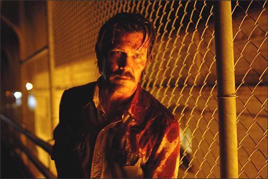 В ситуации пытается разобраться местный шериф Эд Том Белл (Томми Ли Джонс), человек старой закалки и со старыми взглядами. Он то и дело вспоминает, какие чудесные времена были лет так двадцать назад. Очень удачный фильм на мой взгляд!